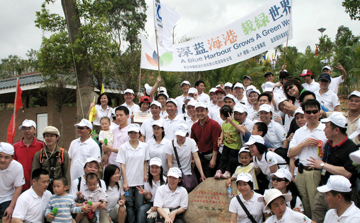 On 22 April 2007, YICT staff joined a tree-planting activity in Shenzhen Dashahe Park.
