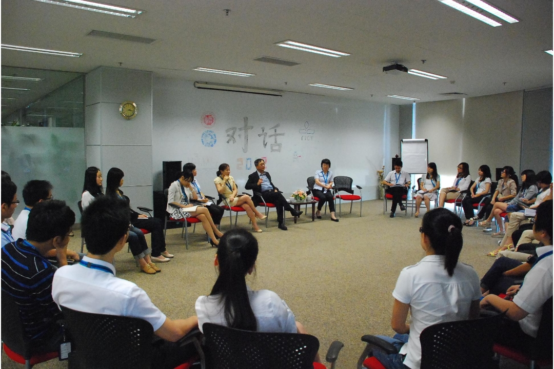 Patrick Lam, Managing Director of YICT, talks with the students from Shenzhen University and Dalian Maritime University