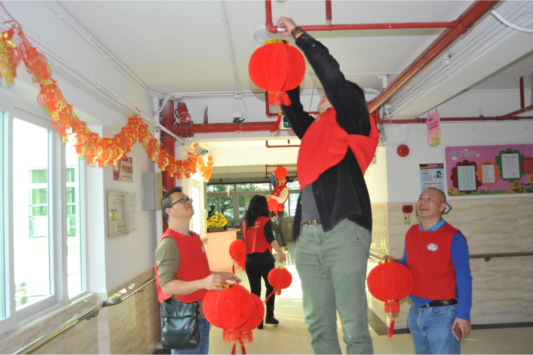 YICT staff representatives and volunteers visited the Yantian District Welfare Centre to deliver Lunar New Year greetings to the elderly residents