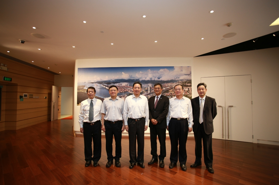 Patrick Lam (3rd from right), Managing Director of YICT, with Li Xiaopeng (3rd from left), Minister of Transport of China; Wang Weizhong (2rd from left) , Secretary of the CPC Shenzhen Municipal Committee, and Yuan Baocheng (2rd from right), Vice Governor of Guangdong province