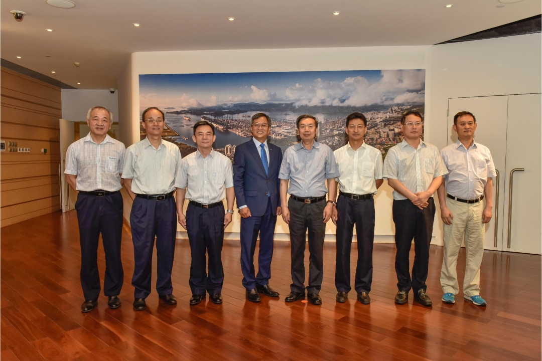Patrick Lam (4th from left), Managing Director of YICT, with He Jianzhong (4th from right), Vice Minister of Transport of China